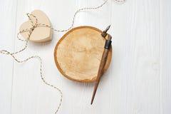 书法羽毛,在一个木圈子的谎言与心脏箱子,贺卡为与地方的情人节您的 免版税库存图片