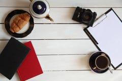 书照相机电话咖啡早餐旅行 免版税库存照片