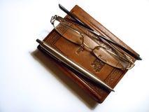 书玻璃和笔 免版税库存照片
