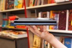 书电子现有量拿着阅读程序 库存图片