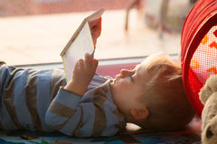 书男孩一点读取 库存照片