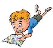 书男孩动画片可笑的读取 免版税库存照片