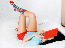 书疲倦的女孩读取 免版税库存图片
