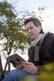 读书的一个人 免版税库存图片