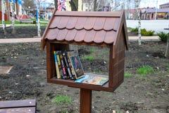 书的一个箱子在街道上在公园 自由读书 免版税库存照片