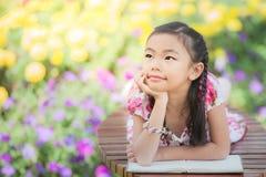 读书的亚裔女孩 免版税库存照片