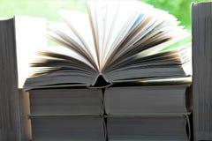 书的图象在一个开窗口前面的 库存图片