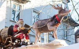 读书的圣诞老人在有驯鹿的爬犁 免版税库存照片