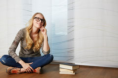 读书的女孩坐地板 免版税库存照片
