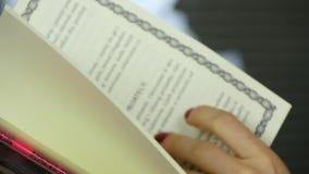 读书的妇女 影视素材