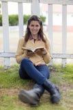 读书的妇女 免版税库存照片