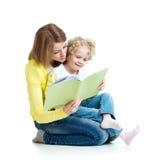 读书的妈妈对她的孩子 图库摄影