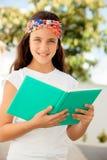 读书的学生女孩室外 免版税库存照片