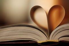 书的心脏离开背景 免版税库存照片