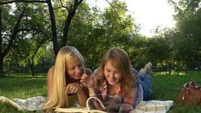 读书的愉快的十几岁的女孩户外 影视素材