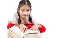 读书的愉快的逗人喜爱的女孩特写画象  库存图片