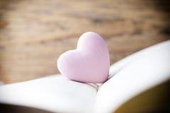 书的桃红色心脏 贺卡 库存图片