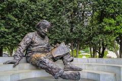 读书的爱因斯坦雕象 免版税库存照片