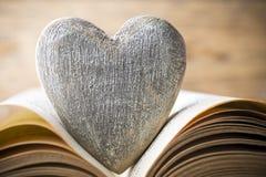 书的红色心脏 贺卡 免版税库存照片
