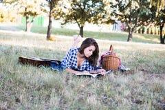 读书的美丽的被聚焦的学生 免版税图库摄影