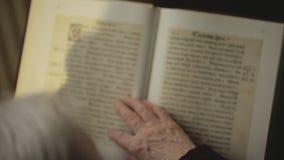 读书的老人 股票视频