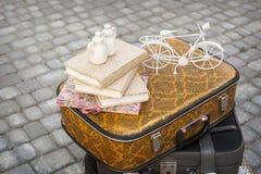 书的装饰,一辆小自行车 免版税库存图片