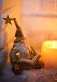 读书的金黄圣诞节妖精由壁炉 免版税库存图片