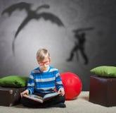 读书的青春期前的男孩 免版税图库摄影