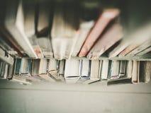 书的顶视图在图书馆的搁置 免版税库存照片