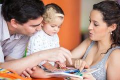 读书的婴孩 免版税库存照片
