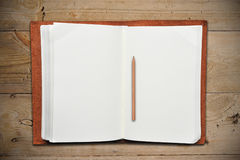 书皮革开放铅笔 免版税库存照片