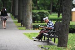 读书祖父 图库摄影
