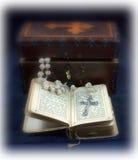 书祷告念珠葡萄酒 库存图片