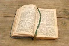 书祷告木头 免版税库存照片
