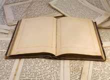 书空的老开放页 免版税库存图片