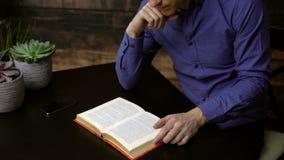 书精装书人读取 影视素材