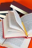 书被开张的铅笔 免版税图库摄影