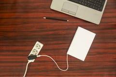 书被连接到电源输出口 库存图片