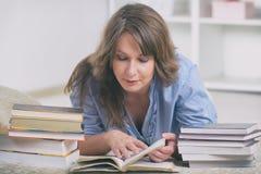 书读取妇女年轻人 免版税图库摄影
