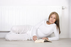 书读取妇女年轻人 图库摄影