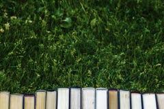 书闭合的书籍在绿草 免版税图库摄影