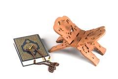书闭合的圣洁伊斯兰koran念珠 免版税库存照片