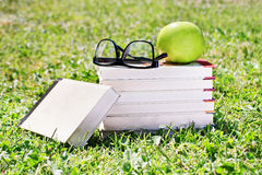 书集合、玻璃和苹果 免版税图库摄影