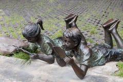 读书雕象 免版税图库摄影