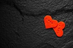 书面的红色心脏在黑石地板安置的爱词 图库摄影