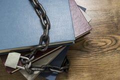 书顶视图锁了与挂锁和链子 库存图片
