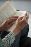 读书,特写镜头的少妇,在家庭内部backgroun 免版税库存照片