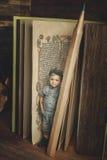 读书,研究,知识标志,珍藏书籍者的小男孩 免版税库存照片