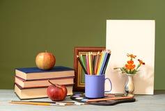 书,苹果,上色了铅笔和油画帆布 库存照片