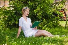 书读取妇女年轻人 免版税库存图片